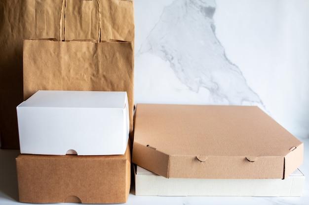 Voedselbezorging in eco-verpakking bezorging van lunch in kartonnen dozen veilige pizza-opslag