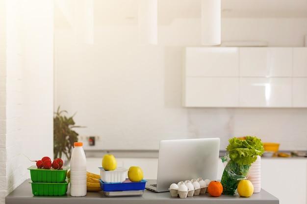 Voedselbezorging voedsellaptop op tafel. warme toon