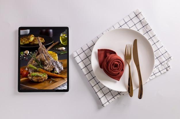 Voedselbezorgingsconcept met een digitale tablet