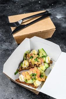 Voedselbezorgingsdocument doos voor ontbijt met sandwich