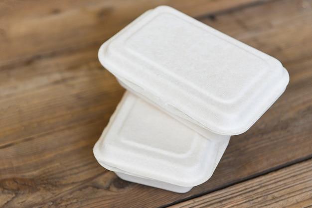 Voedselbox om dozen mee te nemen, wegwerp eco-vriendelijke verpakking containers op houten tafel thuis
