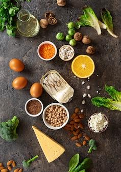 Voedselbronnen van omega 3 en gezonde vetten op donkere achtergrond bovenaanzicht. gezond eten