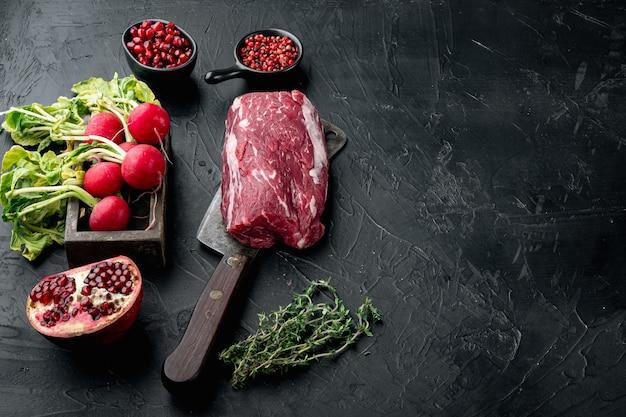 Voedselconcept biologisch voer rauw vlees biefstuk set, filet mignon gesneden, op zwarte stenen tafel