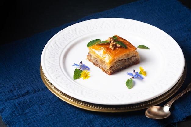 Voedselconcept zelfgemaakt baklava-dessert op zwarte achtergrond met exemplaarruimte