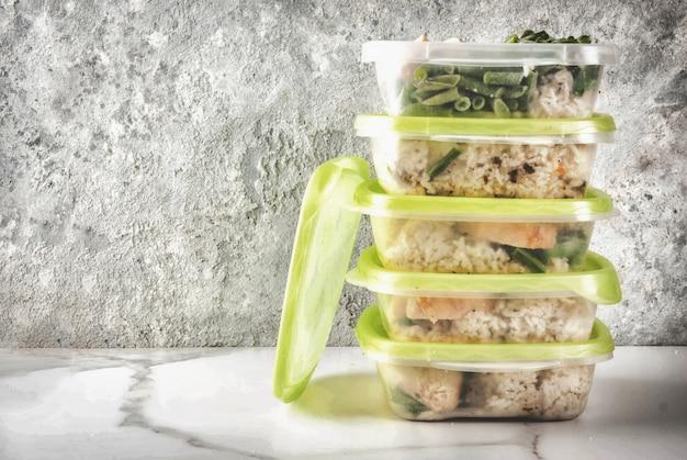Voedselcontrole, dieetconcept, orthorhysis. gezonde evenwichtige maaltijden, zelfgemaakte lunches voor het werk,