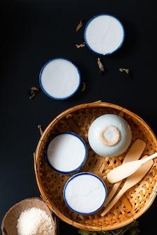 Voedseldessert concept thais dessert kanom tuay kokosrijst en pandan vla in kleine porseleinen kop