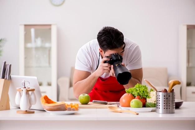Voedselfotograaf die foto's in keuken nemen