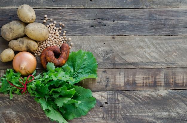 Voedselingrediënten, chorizo's, aardappelen, uien, kikkererwten en raapstelen.