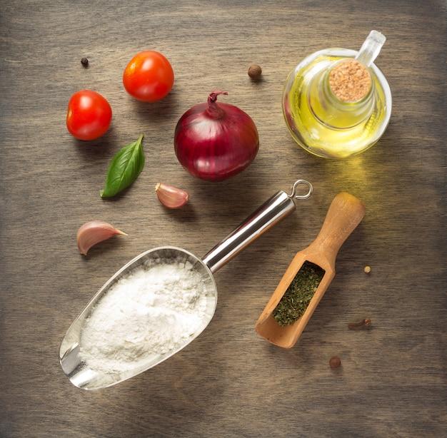 Voedselingrediënten en kruiden aan houten tafel, bovenaanzicht