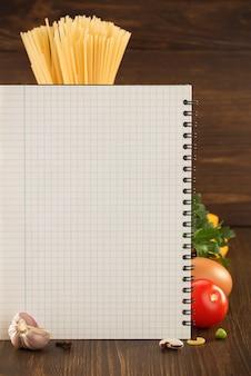 Voedselkruid en kookboek op houten