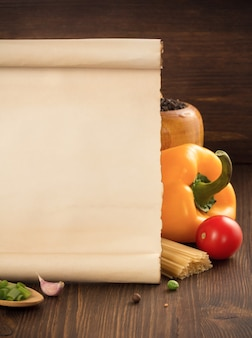 Voedselkruid en oud document op houten