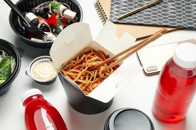 Voedsellevering. afhaalmaaltijden op witte achtergrond
