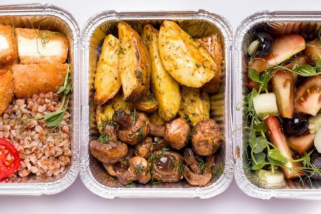 Voedsellevering. gebakken aardappelen met champignons close-up