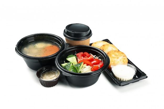 Voedsellevering. het voedsel haalt binnen dozen weg die op witte achtergrond worden geïsoleerd