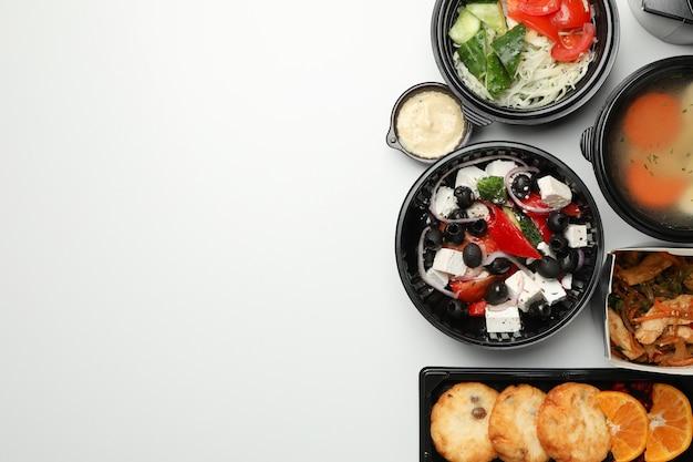 Voedsellevering. het voedsel haalt dozen op witte muur weg