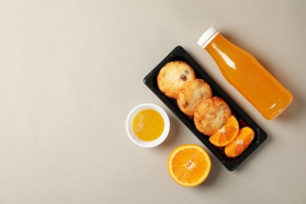 Voedsellevering. voedsel in afhaaldoos op grijze achtergrond