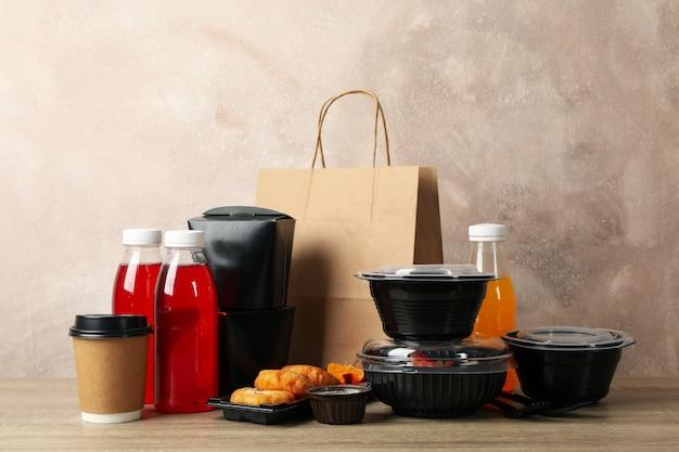 Voedsellevering. voedsel in afhaaldozen op houten tafel