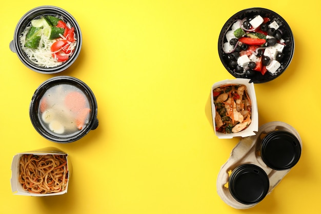 Voedsellevering. voedsel in afhaalmaaltijden dozen op gele muur