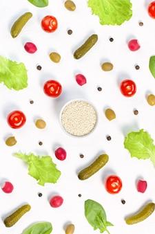 Voedselpatroon met kerstomaatjes, komkommers, greens, peper en kruiden