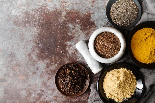 Voedselpoeder en zaden in kommen kopiëren ruimte