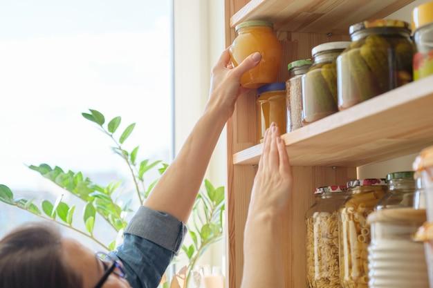 Voedselproducten in de keuken die ingrediënten in voorraadkast bewaren