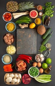 Voedselproducten in de vorm van een frame met kopie ruimte