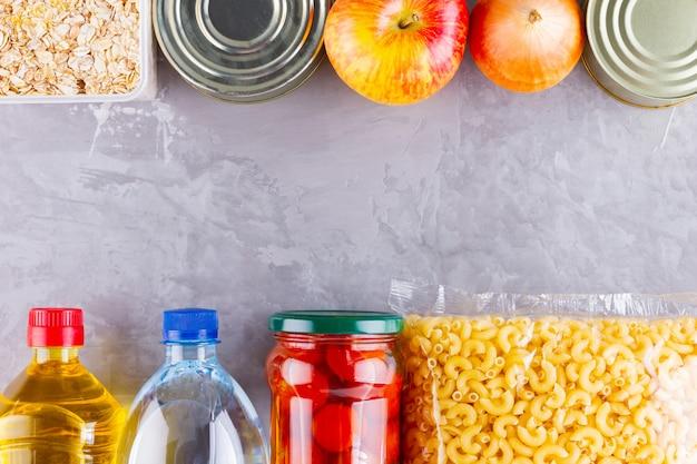 Voedselschenkingen op een grijze achtergrond