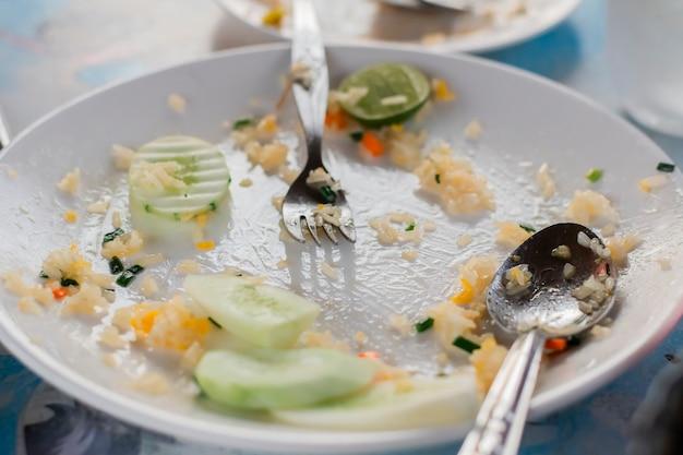 Voedselverspilling in witte schaal