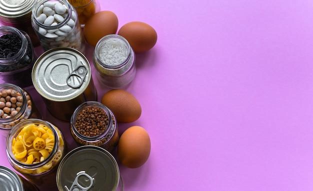 Voedselvoorraad. blikjes (conserven) en potten met boekweit
