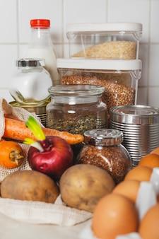 Voedselvoorraden in overvloed thuis op tafel