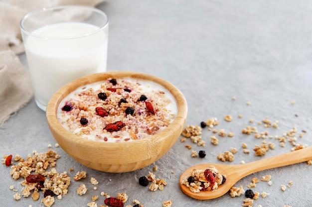 Voedzaam melkachtig ontbijt met granen en noten