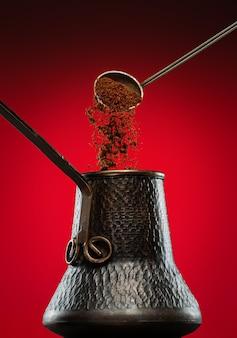 Voeg gemalen koffie toe aan de turkse koffiepot.