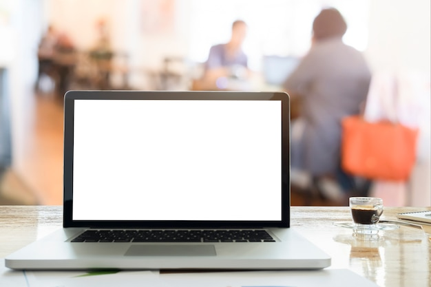 Voel ontspannen laptops op bureau in werkruimte koffie cafe met ochtend licht en vervagen team discussie achtergrond.