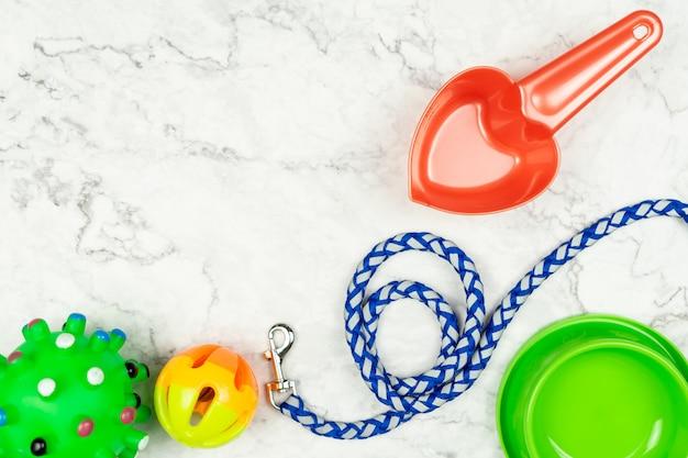 Voerbak, riemen en speelgoed voor hond. huisdier accessoires concept.