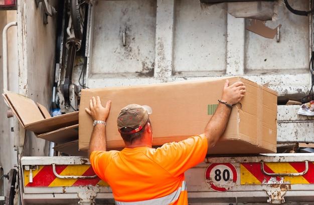 Voertuig dat wordt gebruikt voor het terugwinnen van papier en karton voor recycling in italië.