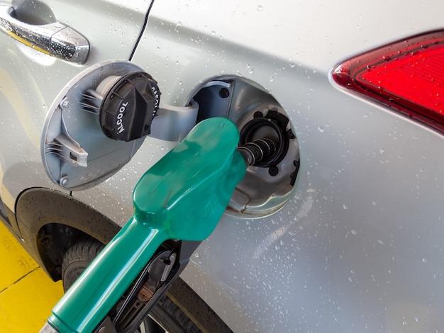Voertuig tanken met brandstof ethanol.