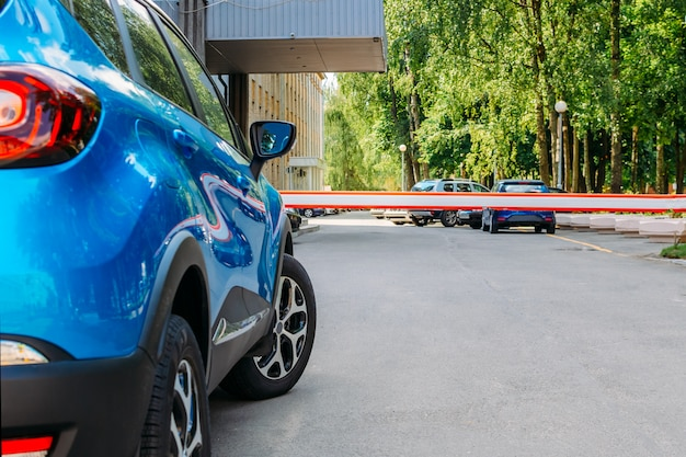 Voertuig veiligheidsbarrièrepoort op het autoparkeren