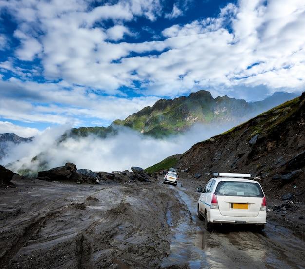 Voertuigen op slechte weg in de himalaya