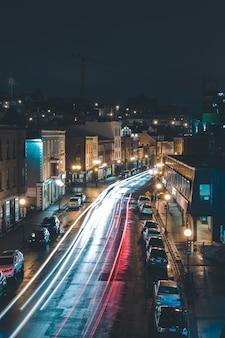 Voertuigen rijden 's nachts in de stad