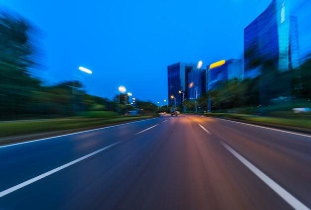 Voertuiglichtroutes in de stad 's nachts