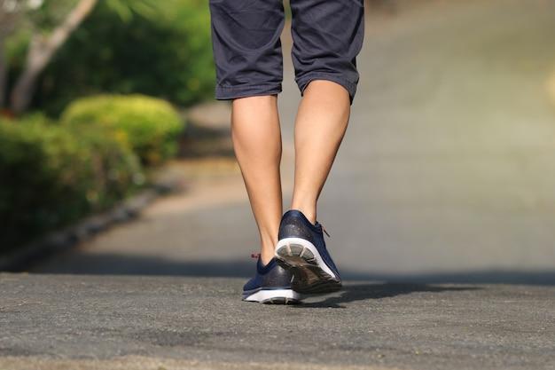Voet achtermensen jogger openlucht in de parklevensstijl voor oefening in ochtend goede gezond