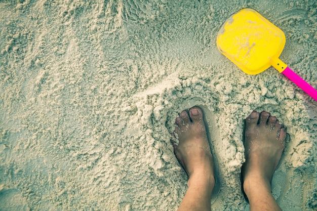 Voet op het witte zand.