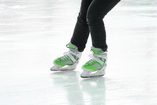 Voet schaatsende mensen op de ijsbaan. vakantie sporten en hobby's