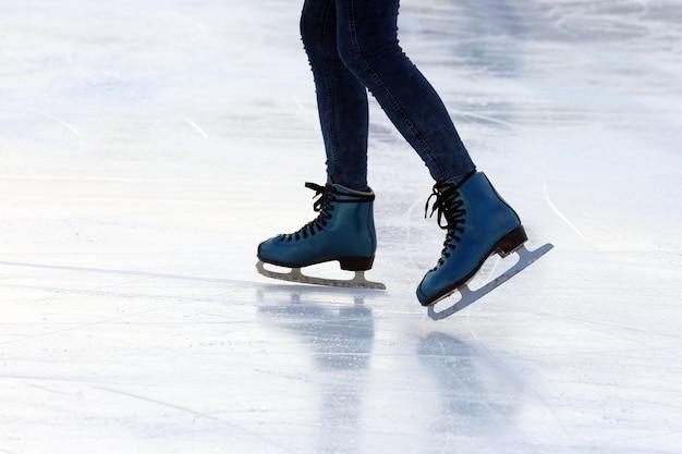Voet schaatsende persoon op de ijsbaan
