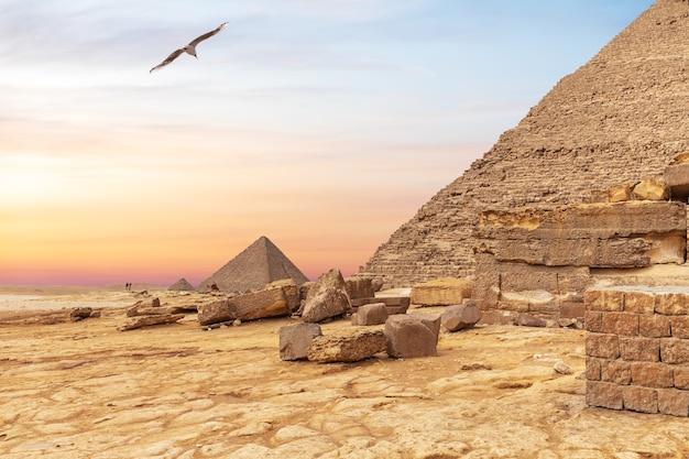 Voet van de piramide van khafre en de piramide van menkaure op de achtergrond, gizeh, egypte.