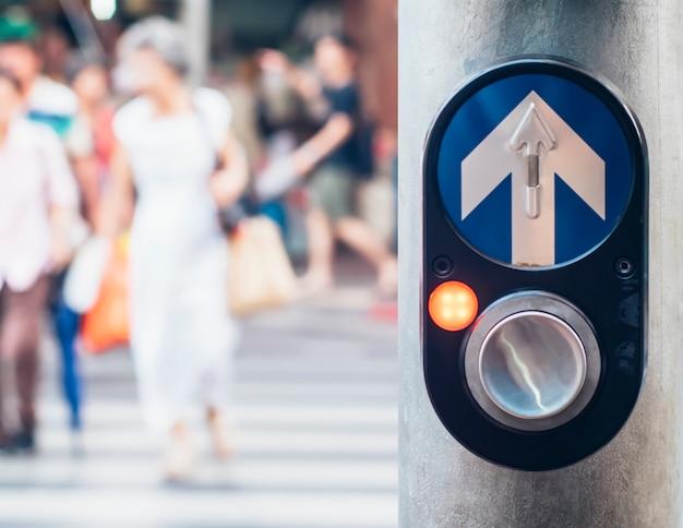 Voet verkeerslicht die drukknopcontrolemechanisme in bangkok thailand kruisen