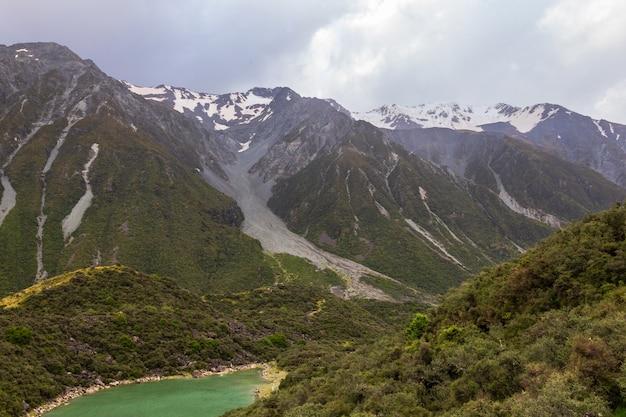 Voetafdrukken van de gletsjer over blue lake in de zuidelijke alpen in de buurt van tasman lake south island, nieuw-zeeland
