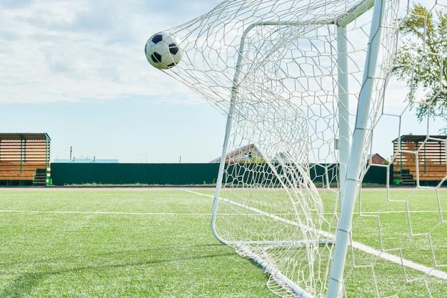 Voetbal bal in poort