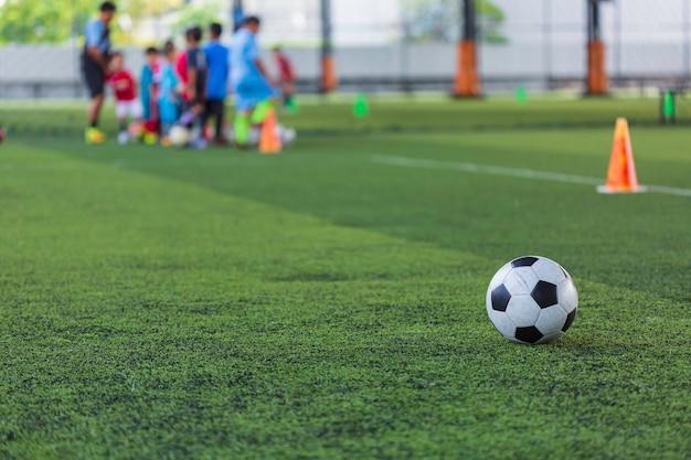 Voetbal bal tactiek kegel op grasveld met voor opleiding achtergrond