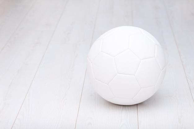 Voetbal geïsoleerd op wit
